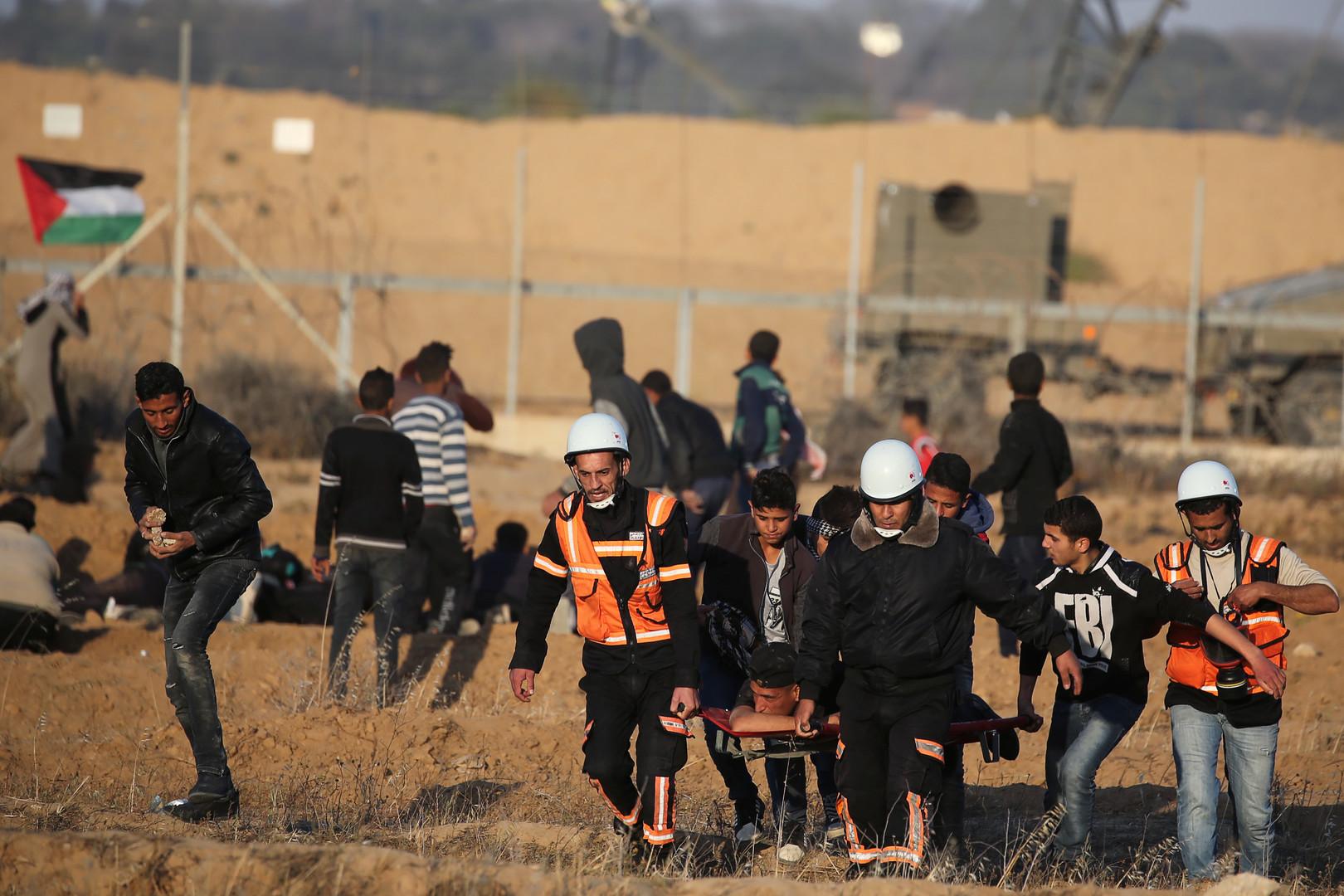 نقل فلسطيني أصيب بجروح أثناء قمع الجيش الإسرائيلي لمسيرة شرقي قطاع غزة