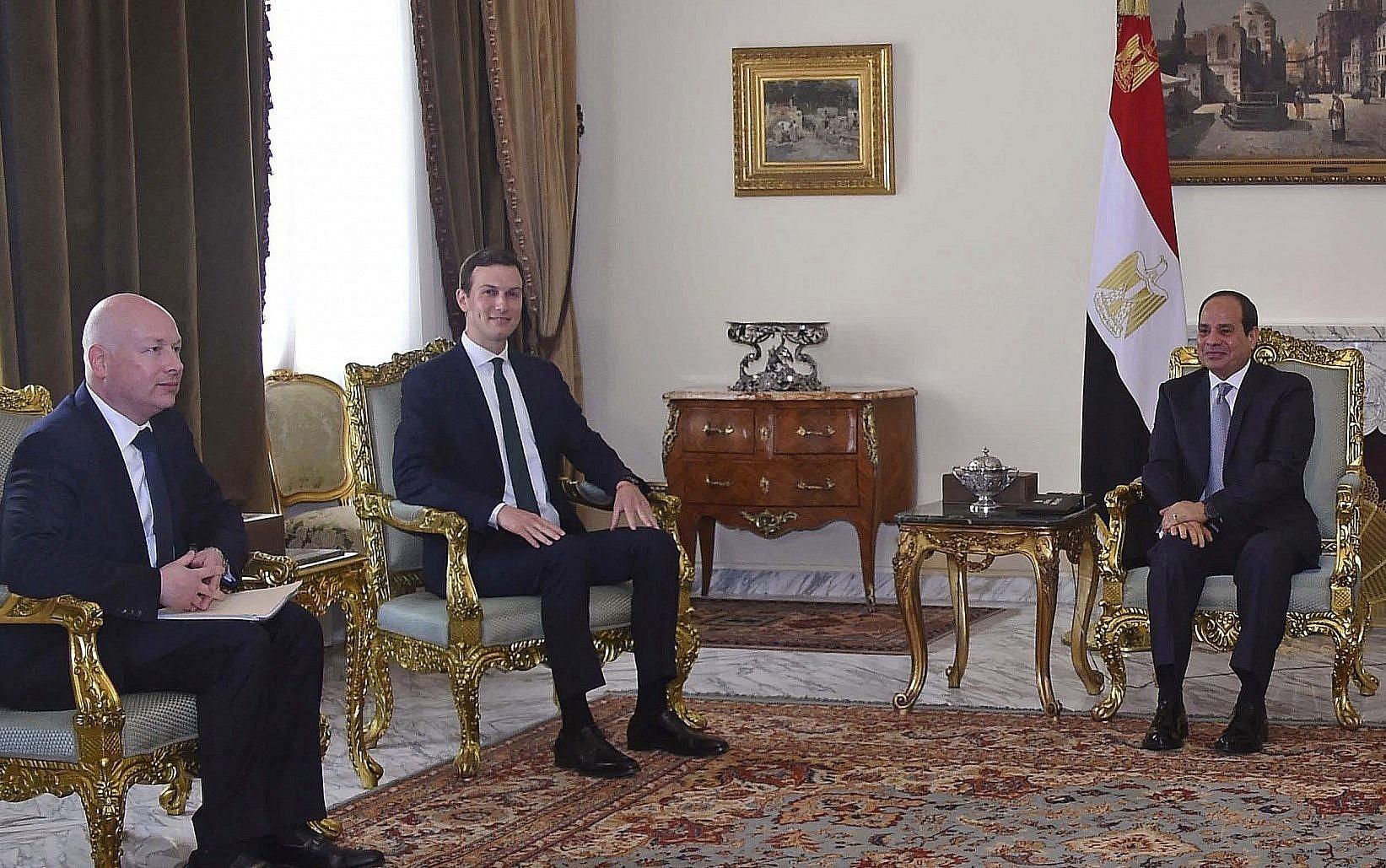 الرئيس المصري، عبد الفتاح السيسي، يستقبل مستشار الرئيس الأمريكي لتسوية الصراع في الشرق الأوسط، جاريد كوشنير، والمبعوث الخاص للرئيس الأمريكي إلى الشرق الأوسط، جيسون غرينبلات (21 يونيو 2018)