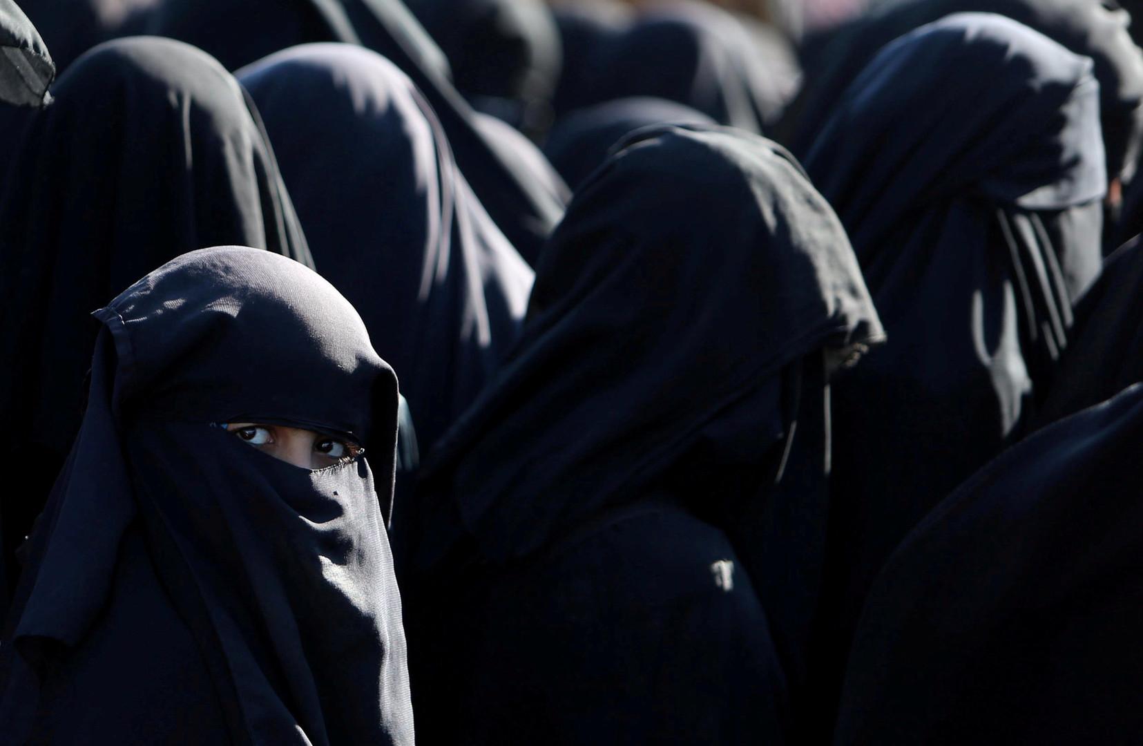 نساء مقيمات في مخيم الهول في سوريا