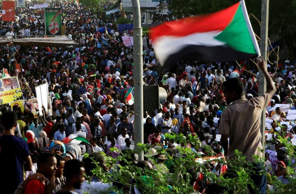 بالفيديو.. اعتقال وزير سوداني سابق أثناء محاولته الفرار من البلاد