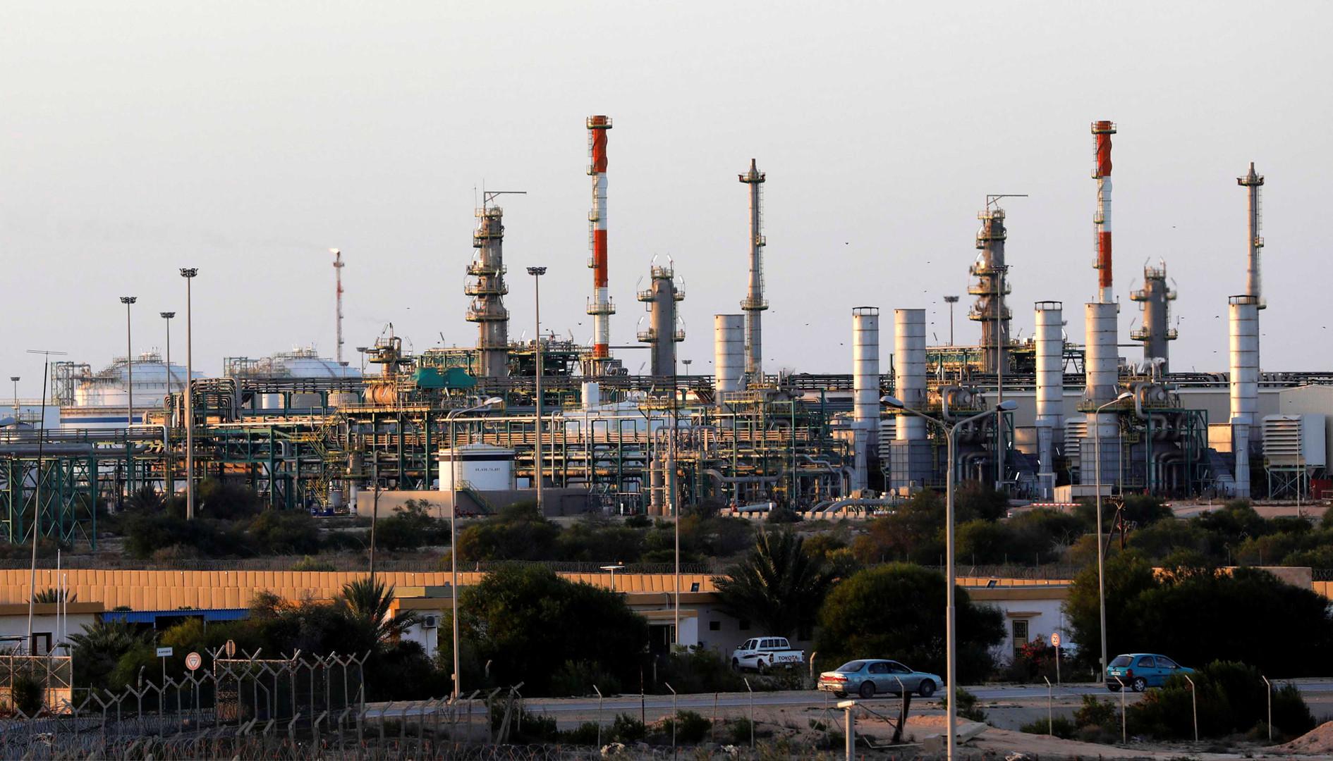 مصنع نفط وغاز في زوارة شمال غرب ليبيا