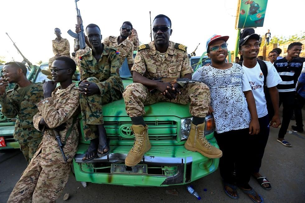 السودان.. اعتقال عدد من قيادات الحزب الحاكم السابق ووضع رئيس البرلمان الأسبق قيد الإقامة الجبرية