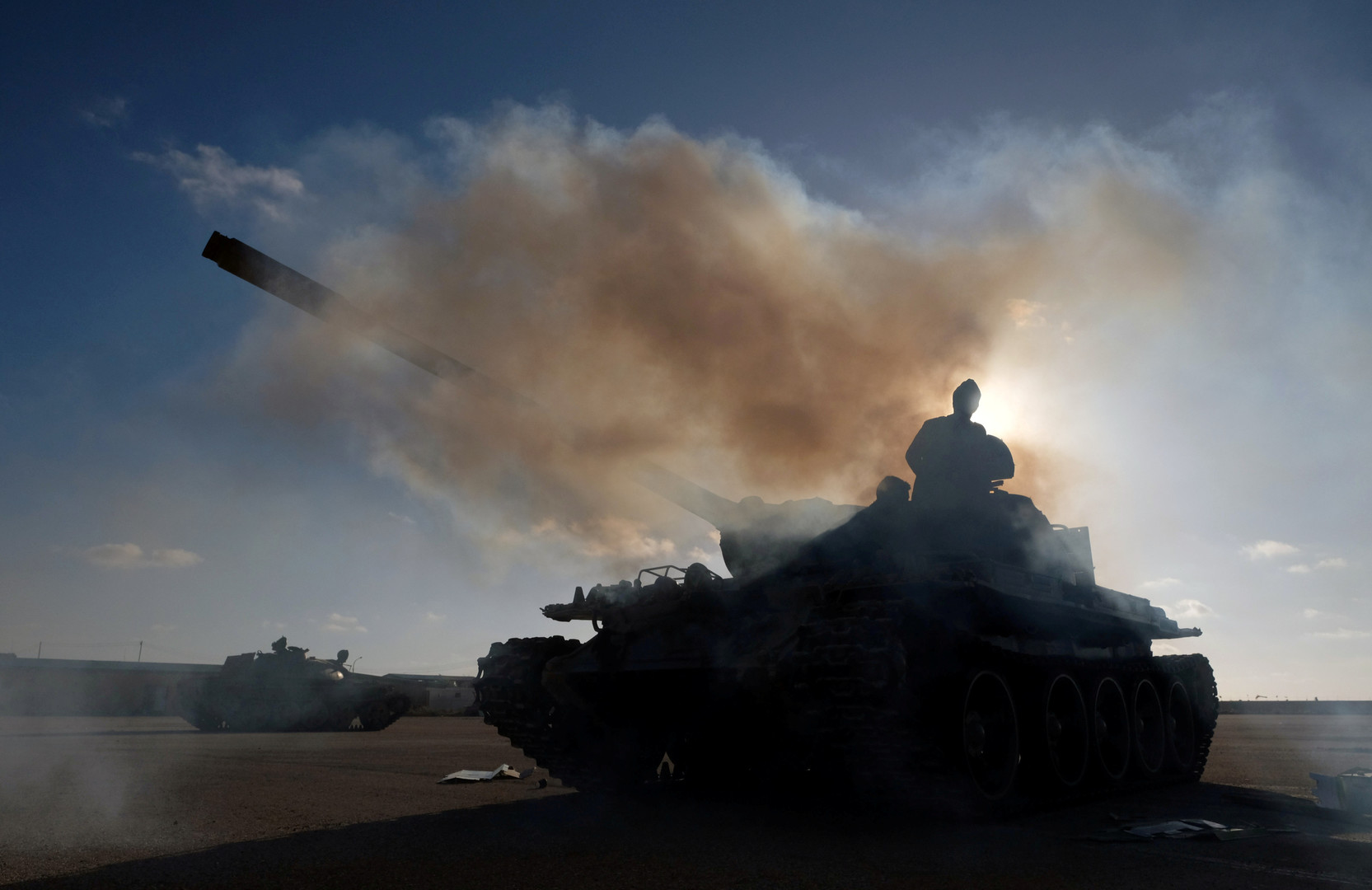 غارات جوية وانفجارات تهز العاصمة طرابلس ليلا