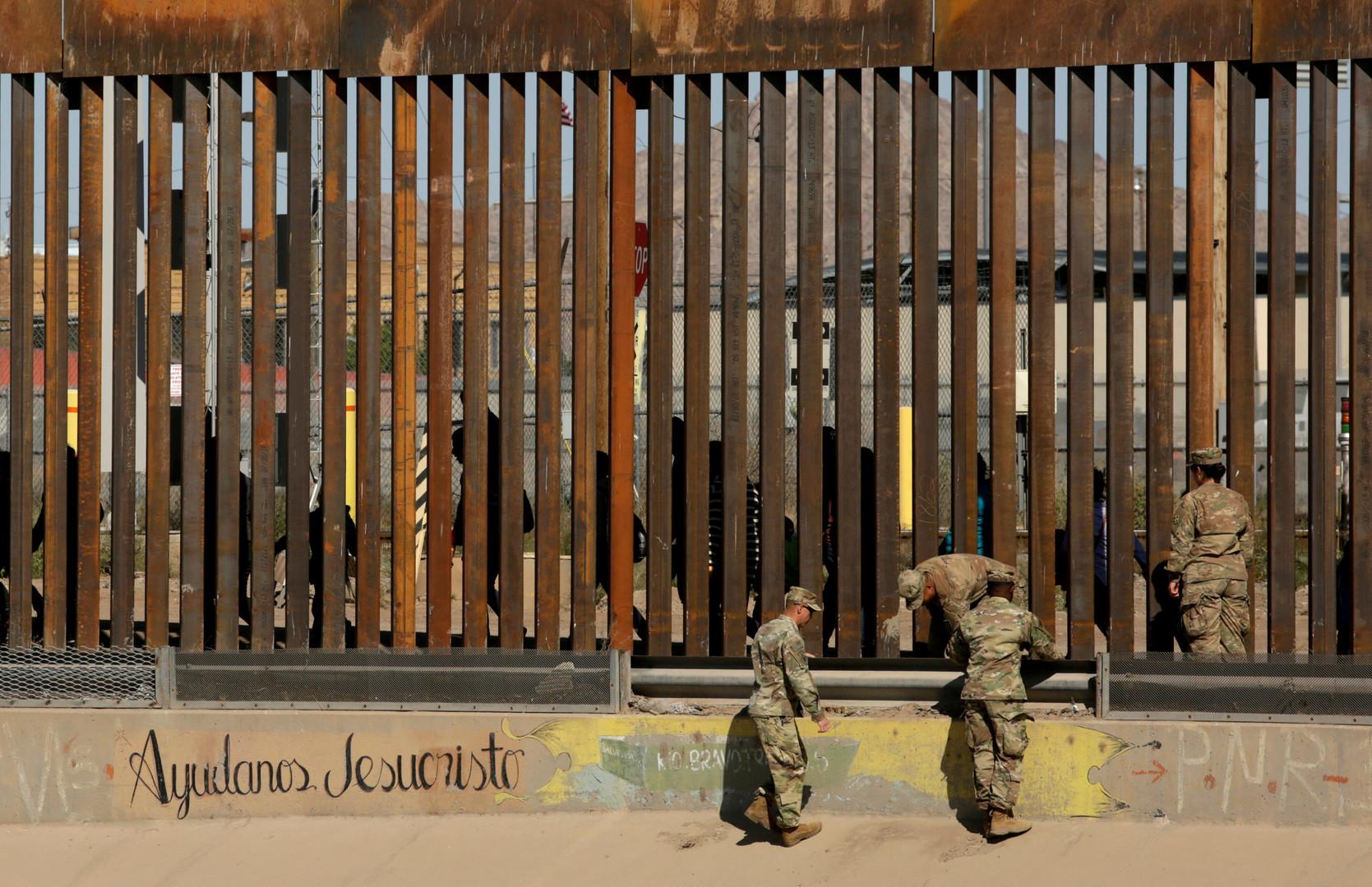 جنود أمريكيون أمام السياج الأمني عند حدود المكسيك