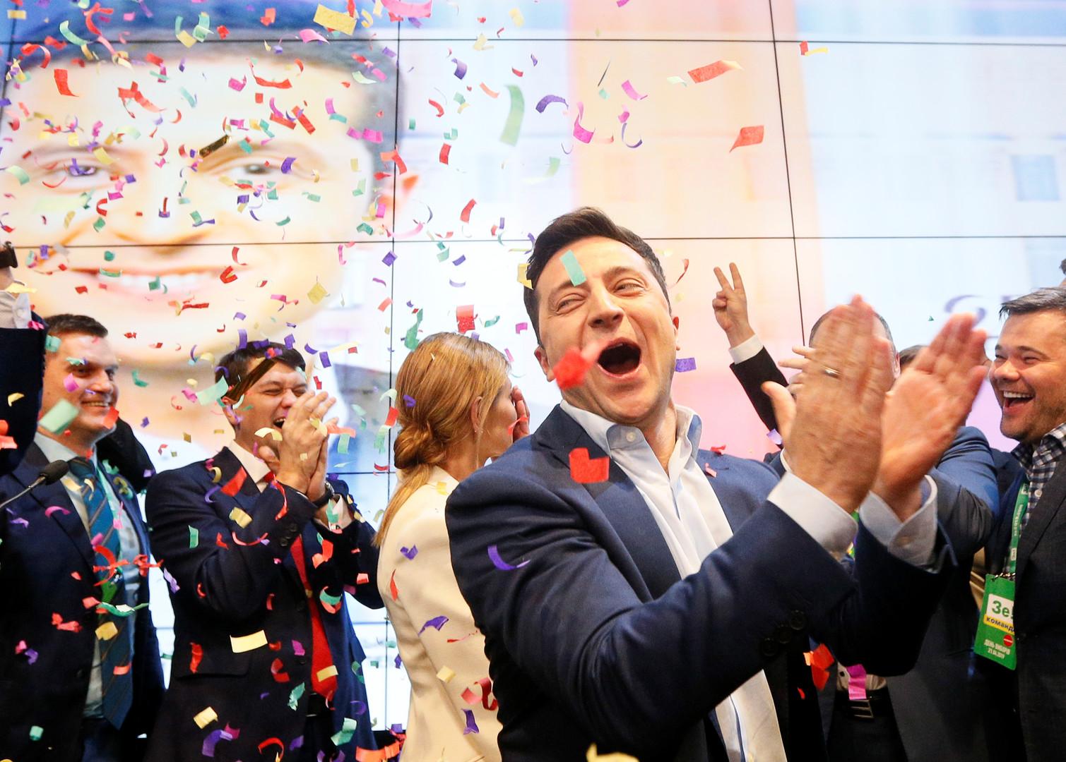 المرشح لرئاسة أوكرانيا فلاديمير زيلينسكي يحتفل بفوزه الانتخابي مستبقا نشر نتائج التصويت الرسمية