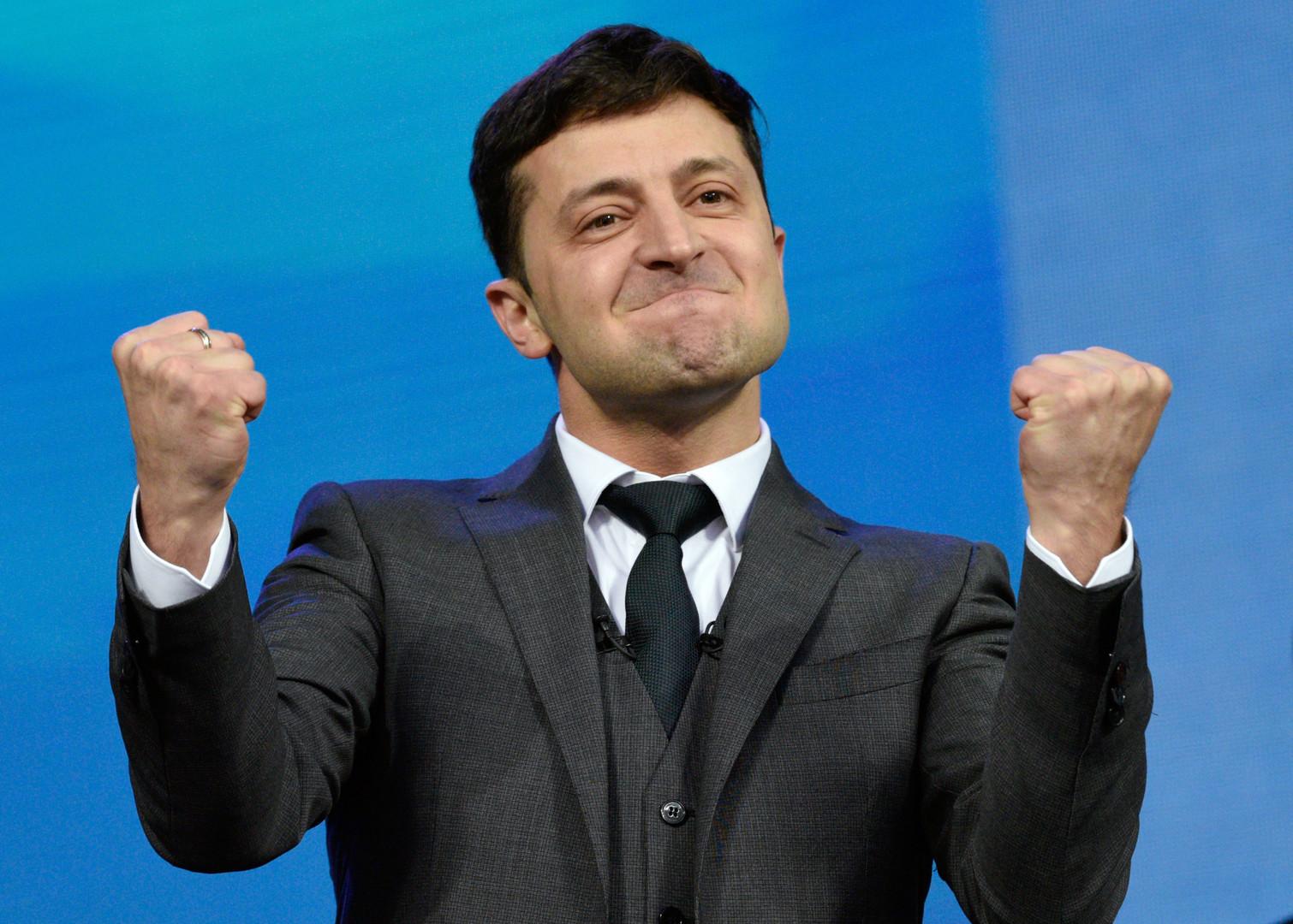 زيلينسكي: بوروشينكو اتصل بي وهنأني بالفوز في انتخابات الرئاسة الأوكرانية