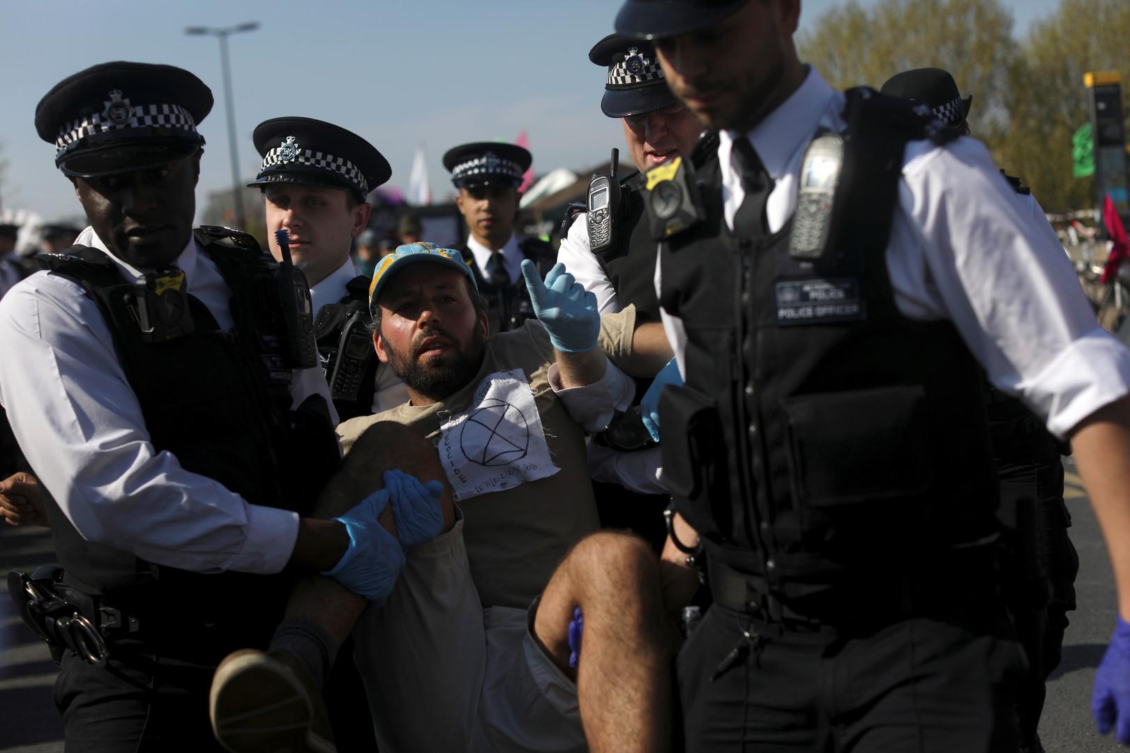 الشرطة البريطانية تعتقل أحد المتظاهرين في لندن