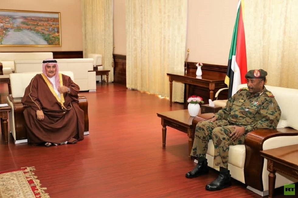 رئيس المجلس العسكري الانتقالي السوداني، الفريق أول عبد الفتاح البرهان، يجري في الخرطوم لقاء مع وزير خارجية البحرين، خالد بن أحمد (22 أبريل 2019)