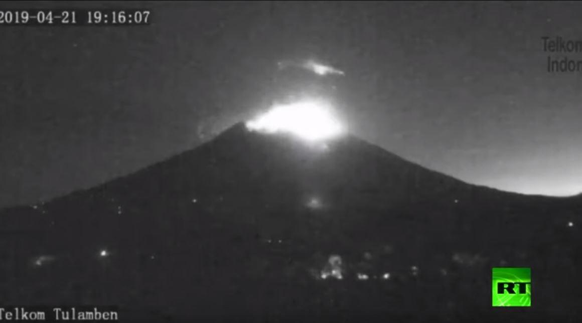 لحظة ثوران بركان جبل اغونغ في إندونيسيا