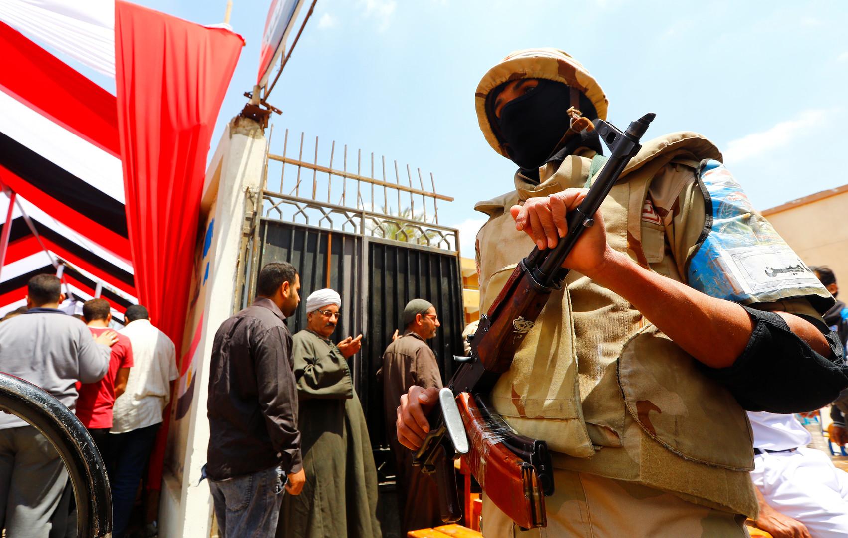 عنصر من قوات الأمن أمام مركز اقتراع في القاهرة خلال الاستفتاء حول التعديلات الدستورية بمصر