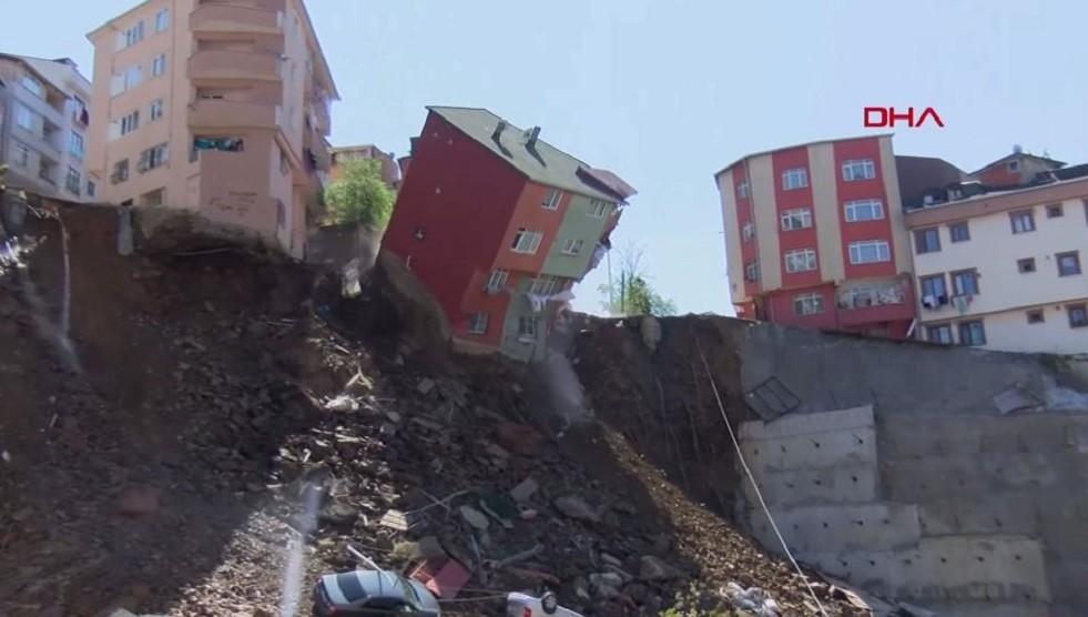 كاميرات تسجل لحظة انهيار مبنى وسط اسطنبول