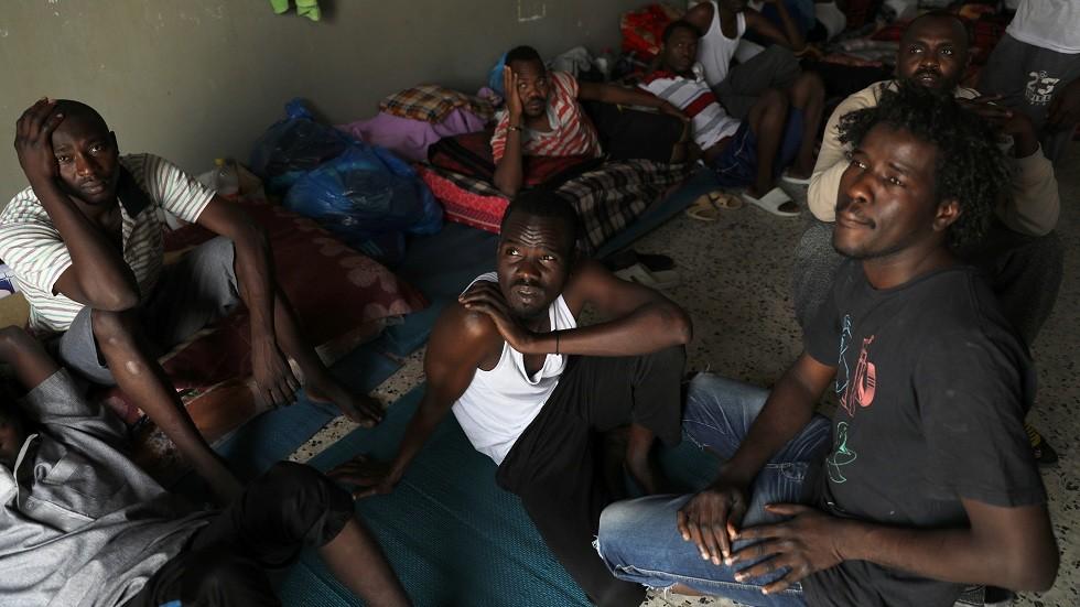 مهاجرون في مركز إيواء بالقرب من طرابلس (صورة من الأرشيف)