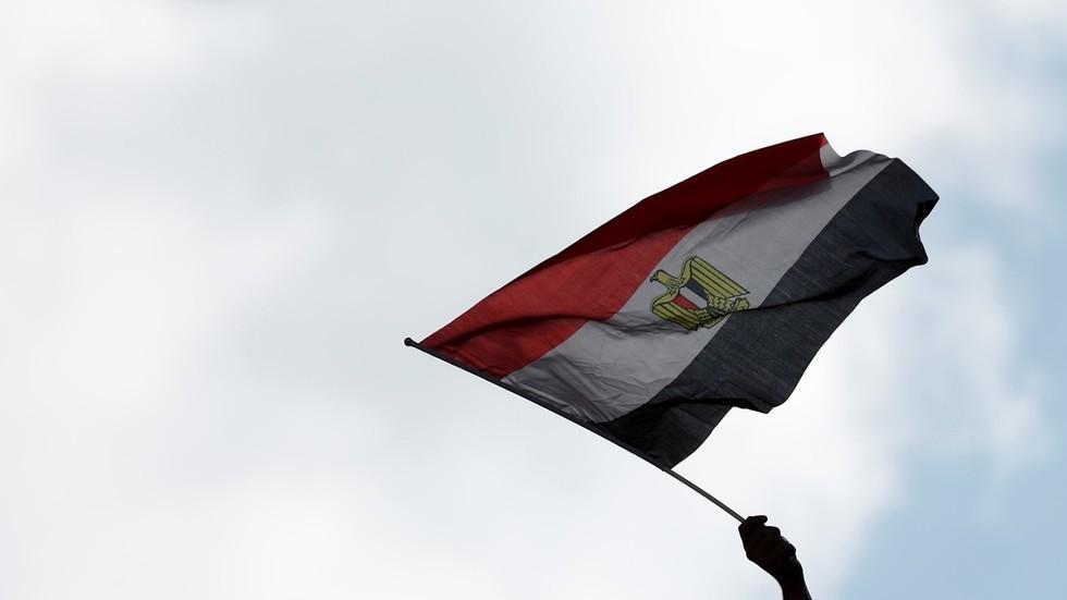 مصر تحقق في