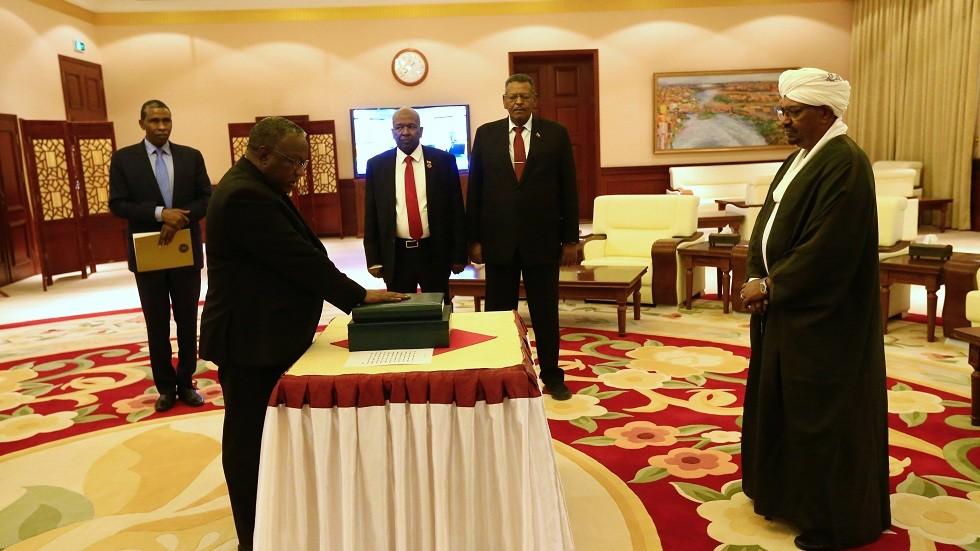 مصادر إعلامية: إطلاق سراح نائبين سابقين للرئيس السوداني المعزول عمر البشير