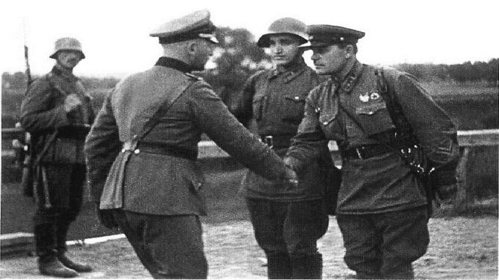 اللقاء التاريخي الأول بين الجيشين السوفيتي والأمريكي في مثل هذا اليوم عشية سقوط برلين