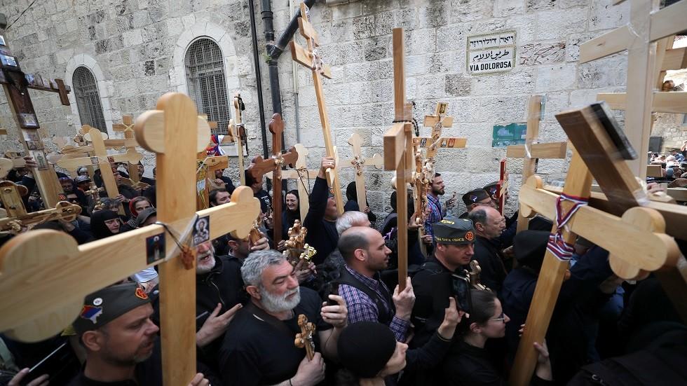 آلاف المسيحيين المشاركين في مسيرة الجمعة العظيمة بالقدس