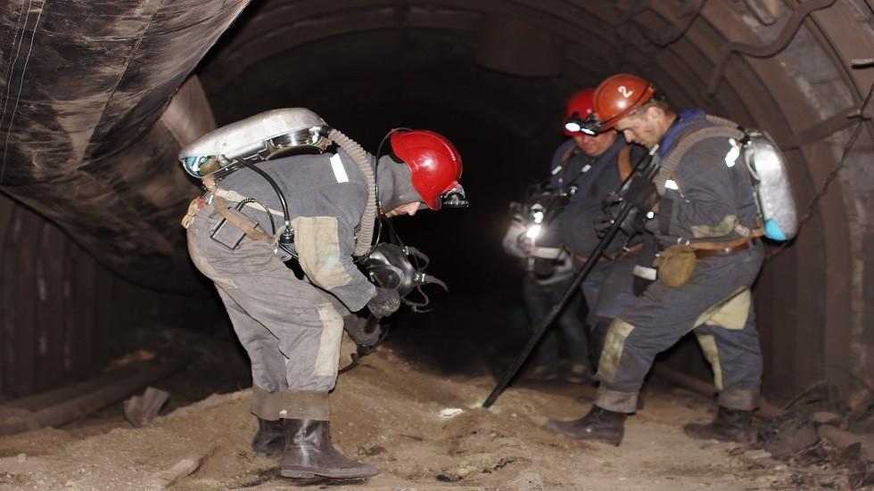 رجال الإنقاذ في منجم للفحم بقرية يورفكا قرب لوغانسك