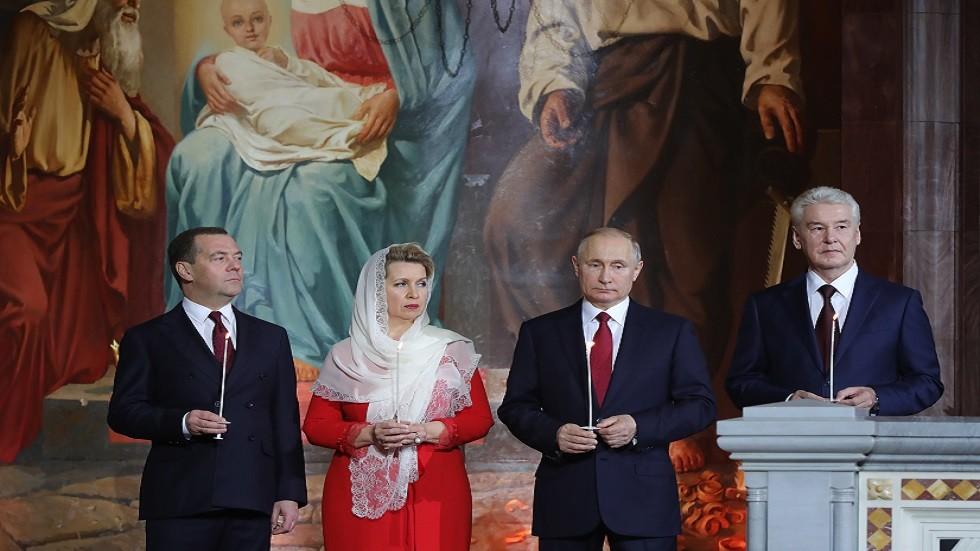 الرئيس فلاديمير بوتين، ورئيس الوزراء دميتري مدفيديف وعقيلته، وعمدة موسكو سيرغي سوبيانين في كنيسة