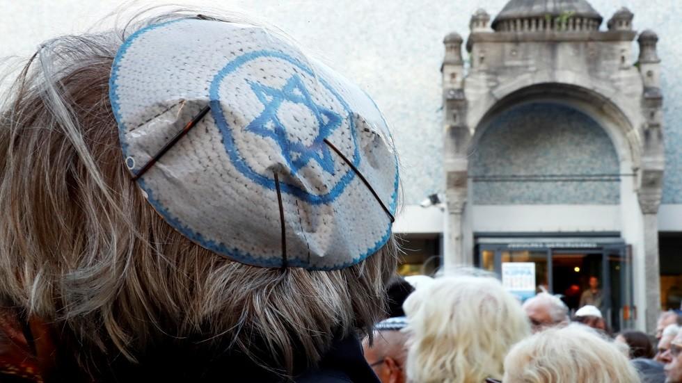 شخص يرتدي قلنسوة يهودية