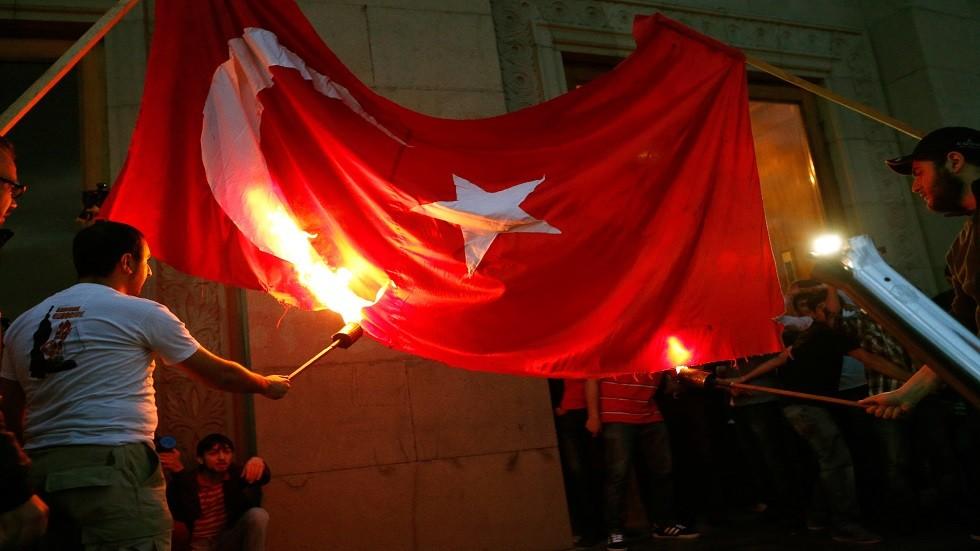 متظاهرون يحرقون علم تركيا في يريفان عاصمة ارمينيا - ارشيف
