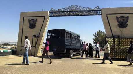للمرة الأولى.. متظاهرون يحتشدون أمام مقر الجيش السوداني
