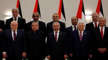 الرئيس الفلسطيني محمود عباس وعدد من أعضاء حكومته