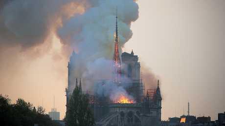الحريق في كاتدرائية نوتردام الشهيرة في باريس