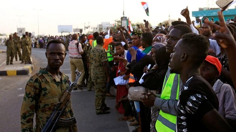 ضباط سودانيون يهددون بحمل السلاح إذ لم تنفذ مطالب الثورة