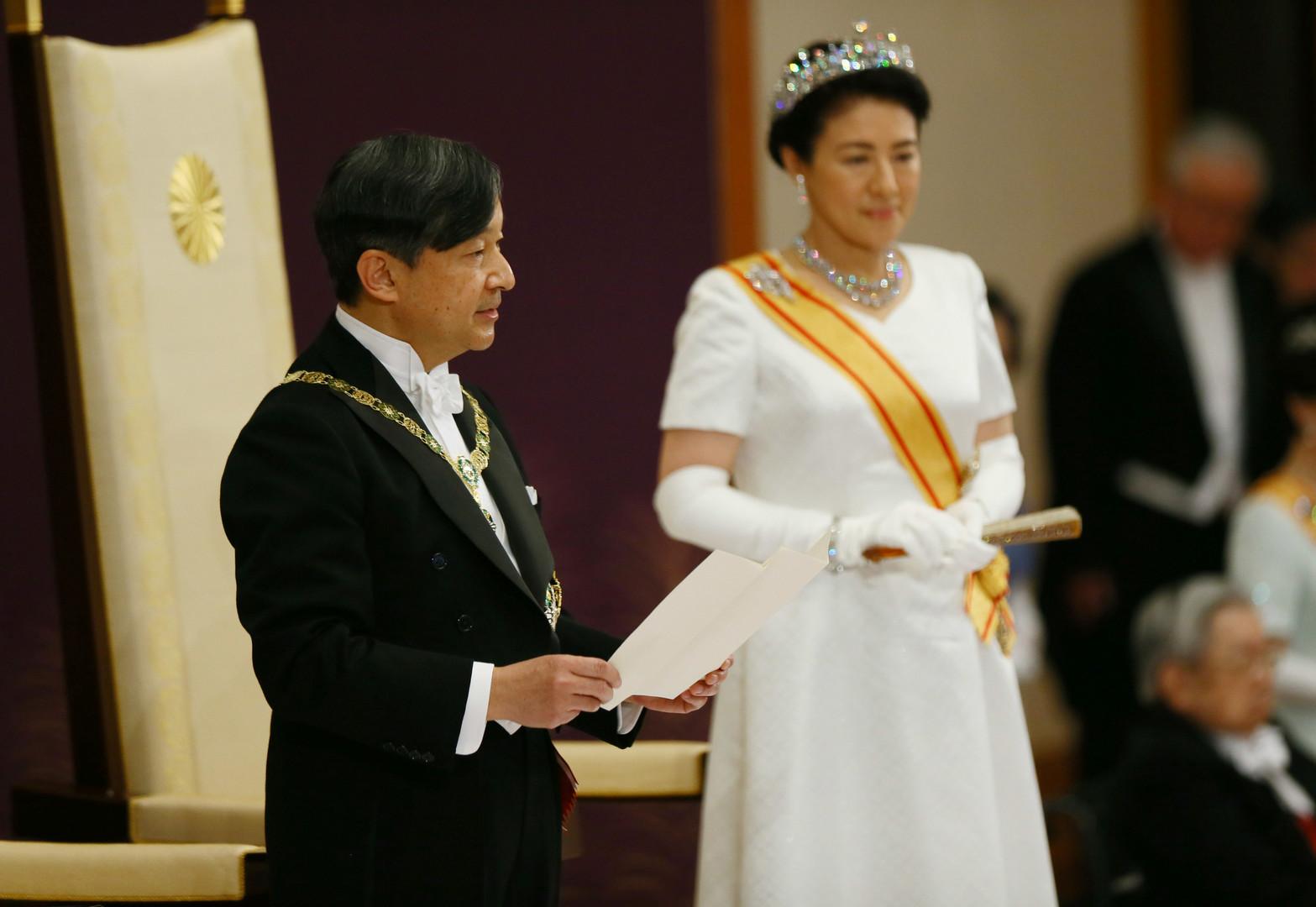 الإمبراطور ناروهيتو يعتلي عرش اليابان بعد نزول أبيه