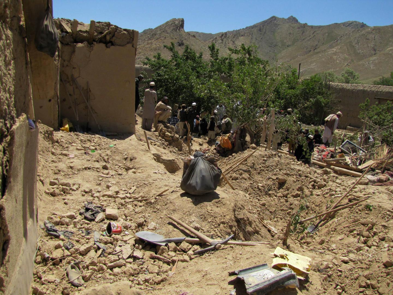 البحث عن جثث بعد غارة شنها طيران الناتو على منزل بقرية أفغانية - أرشيف