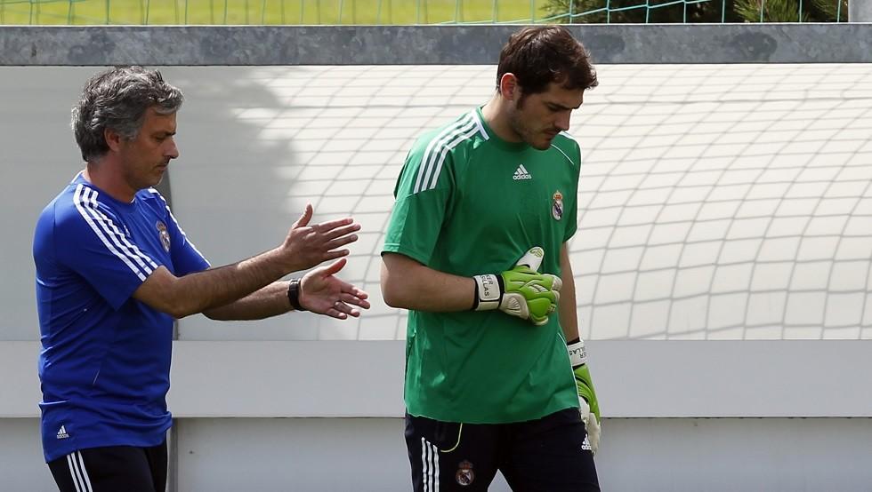 مورينيو يساند إيكر كاسياس بعد إصابته بأزمة قلبية