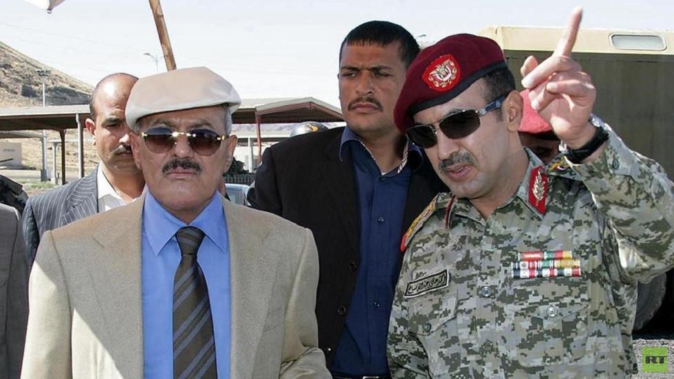 أحمد علي عبدالله صالح برفقة والده الراحل