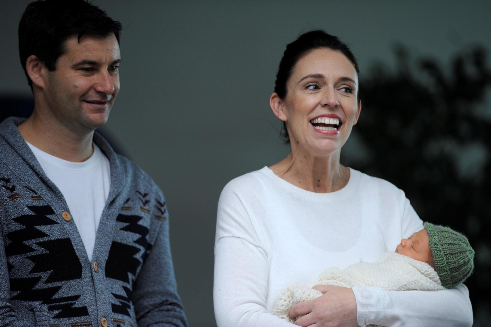 رئيسة وزراء نيوزيلندا تقرر الزواج من أب طفلتها (صور)