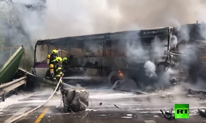 فيديو.. حادث فريد من نوعه.. حافلة سجناء تصطدم بناقلة دبابات