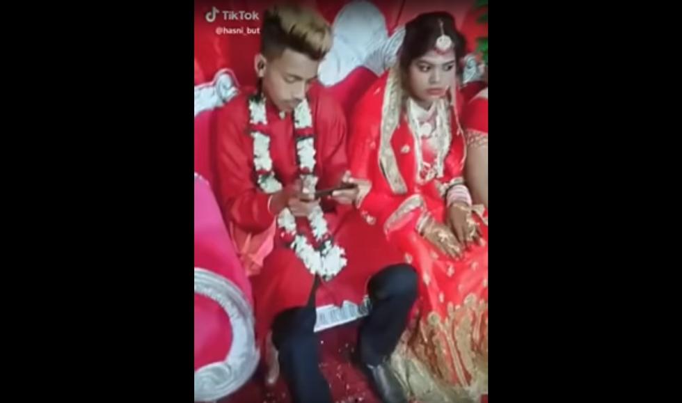 عريس يتجاهل عروسه في حفل الزفاف بسبب الـ