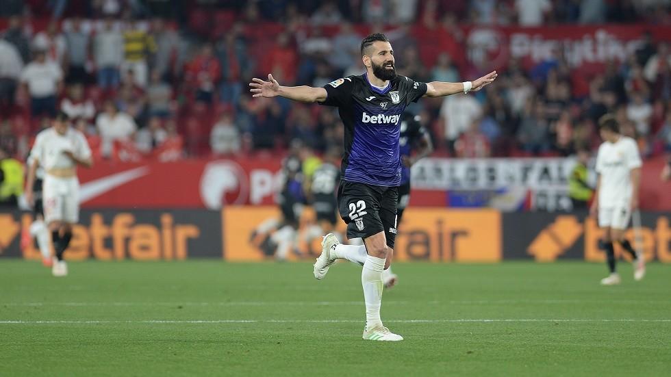 اليوناني ديميتريوس سيوفاس مدافع ليغانيس يحتفل بثالث أهداف فريقه