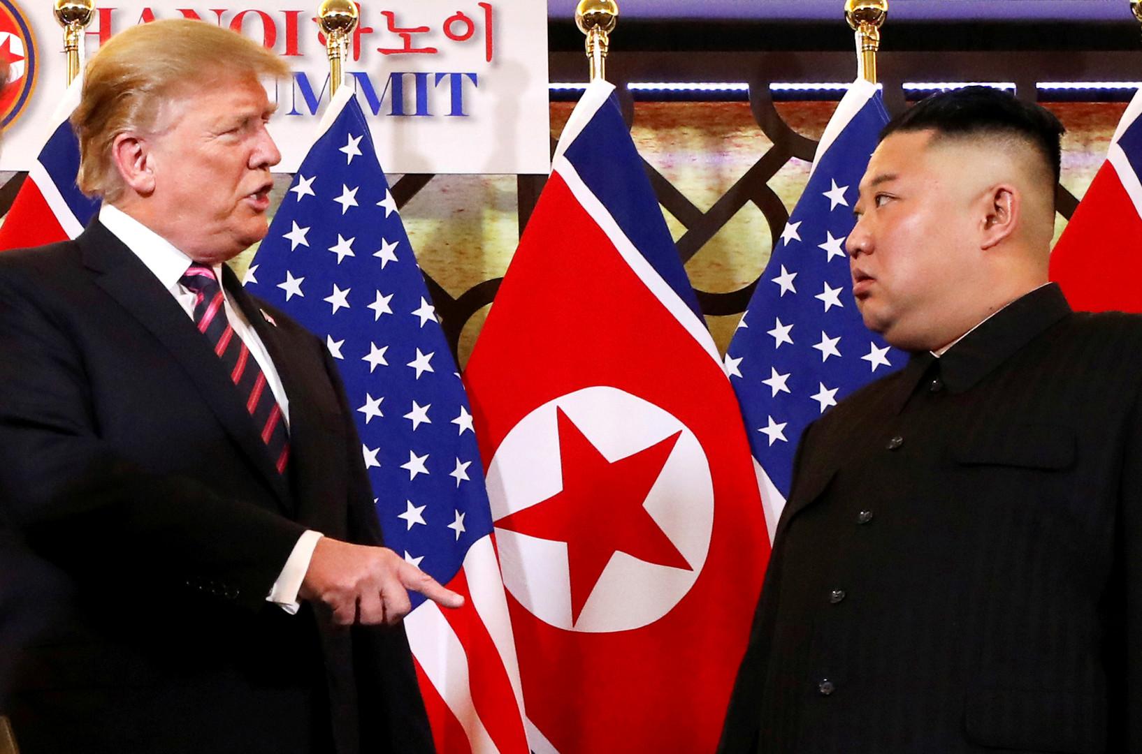 زعيم كوريا الشمالية، كيم جونغ أون، والرئيس الأمريكي، دونالد ترامب، خلال قمتهما في هانوي يوم 27 فبراير 2019