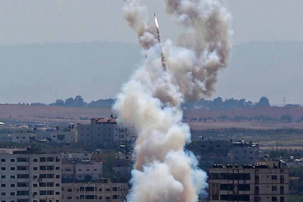 رشقة صواريخ فلسطينية تستهدف بئر السبع وفتح الملاجئ في مدينة ديمونا