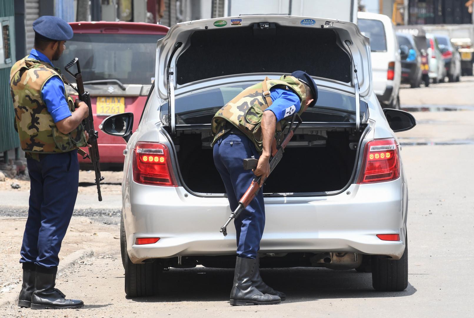 عناصر من الشرطة السريلانكية يفتشون سيارة في العاصمة كولومبو