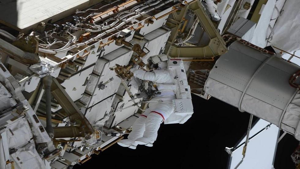 رائد فضاء يعمل في الفضاء المفتوح