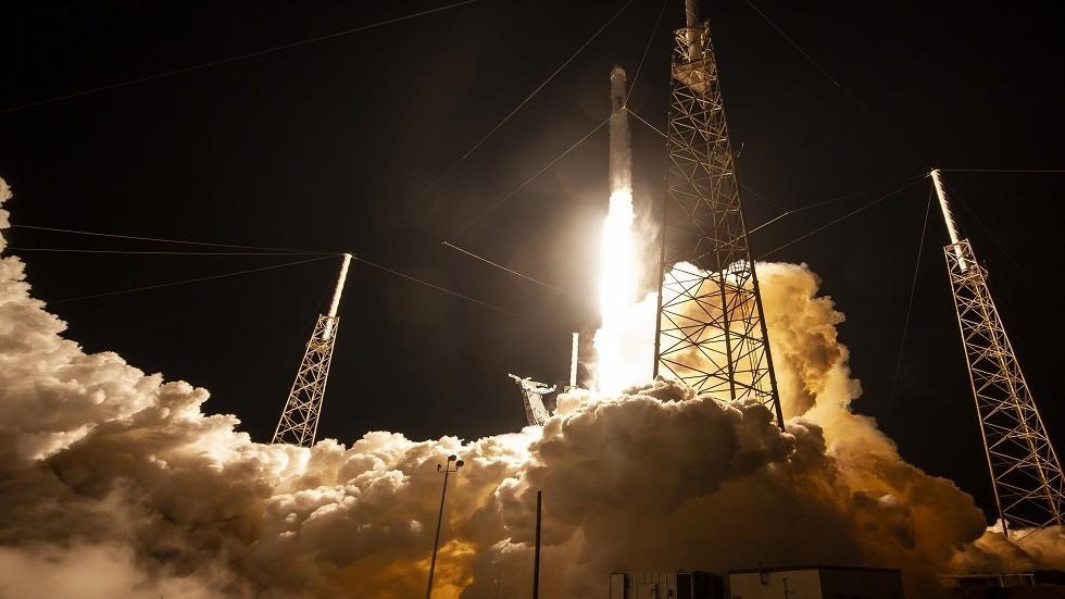 صاروخ فالكون يحمل المركبة