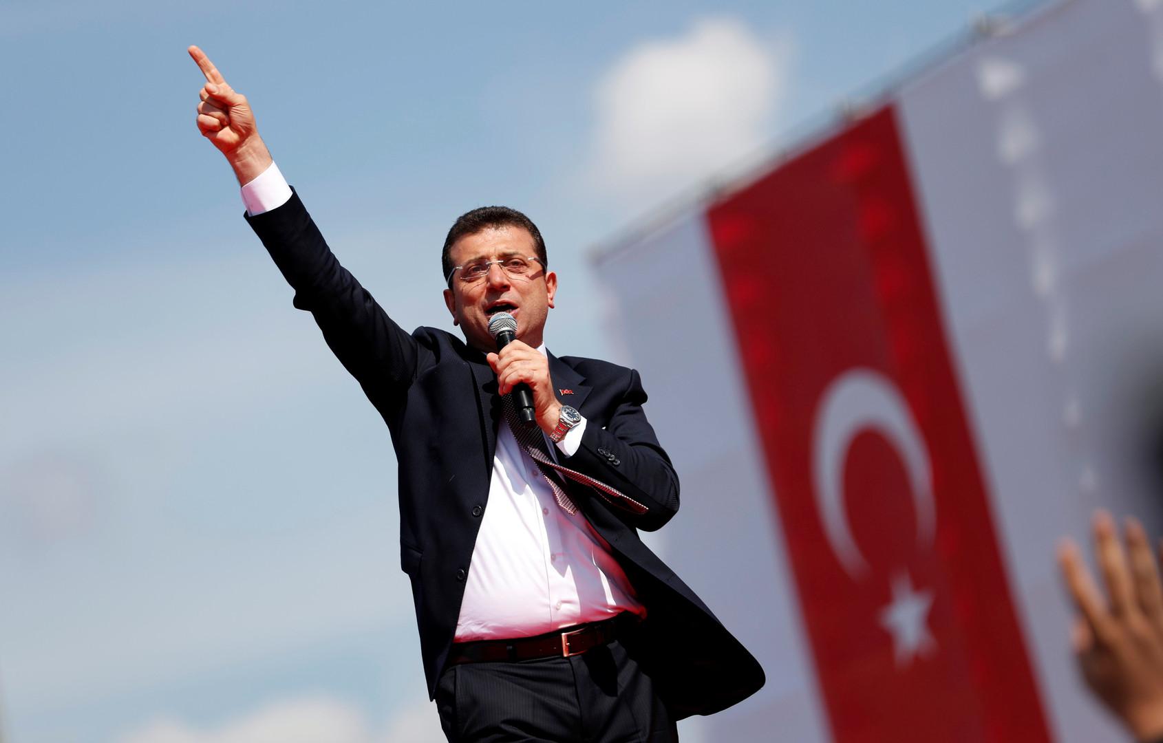 مرشح المعارضة التركية الذي أبطلت لجنة الانتخابات فوزه برئاسة بلدية اسطنبول أكرم إمام أوغلو