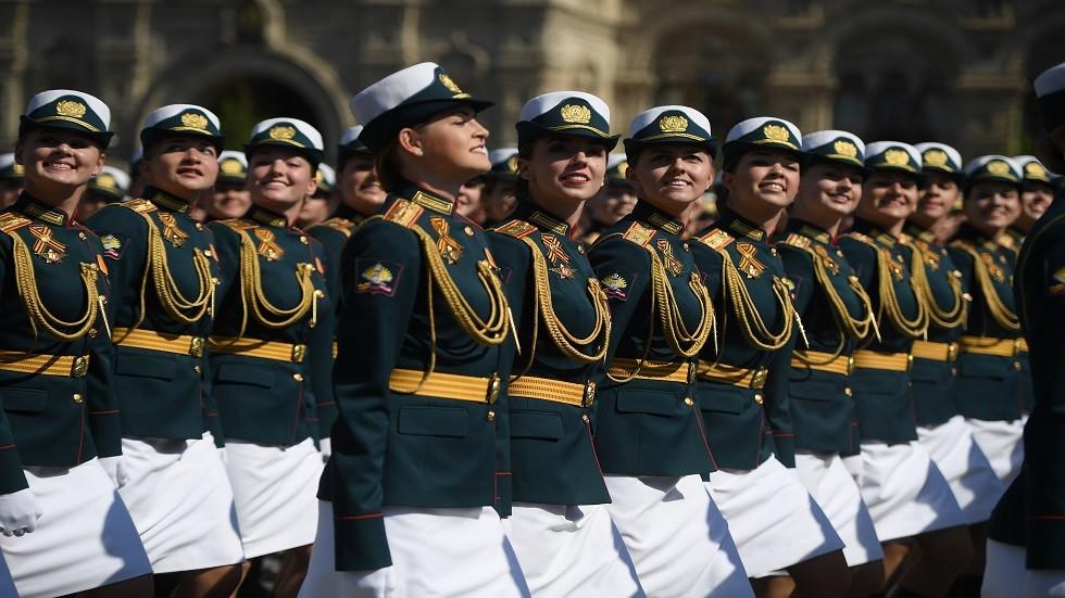 الفتيات العسكريات في بروفة العرض العسكري