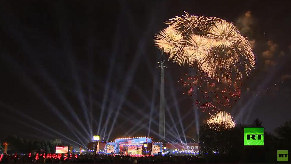 الألعاب النارية تزين سماء موسكو في عيد النصر على النازية