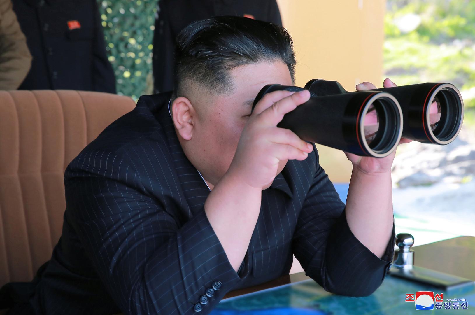 شاهد.. كيم يشرف على مناورات الجيش الكوري الشمالي