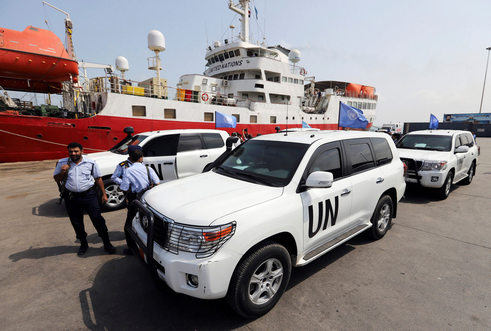سيارات تابعة للفريق الأممي في ميناء الحديدة في طريقها إلى ميناء الصليف