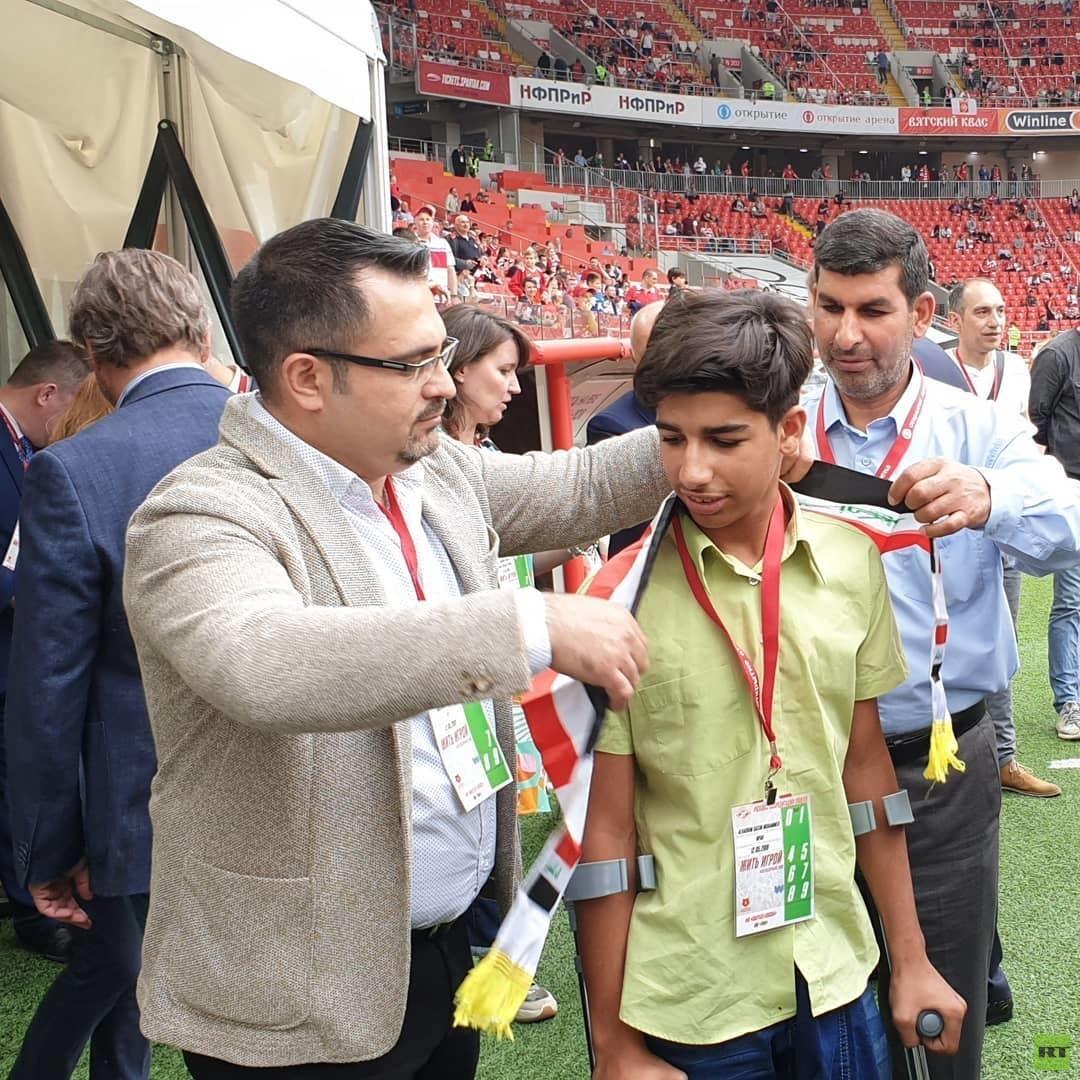 الفتى العراقي قاسم ينفذ ضربة بداية مباراة سبارتاك موسكو وضيفه أوفا في الدوري الروسي