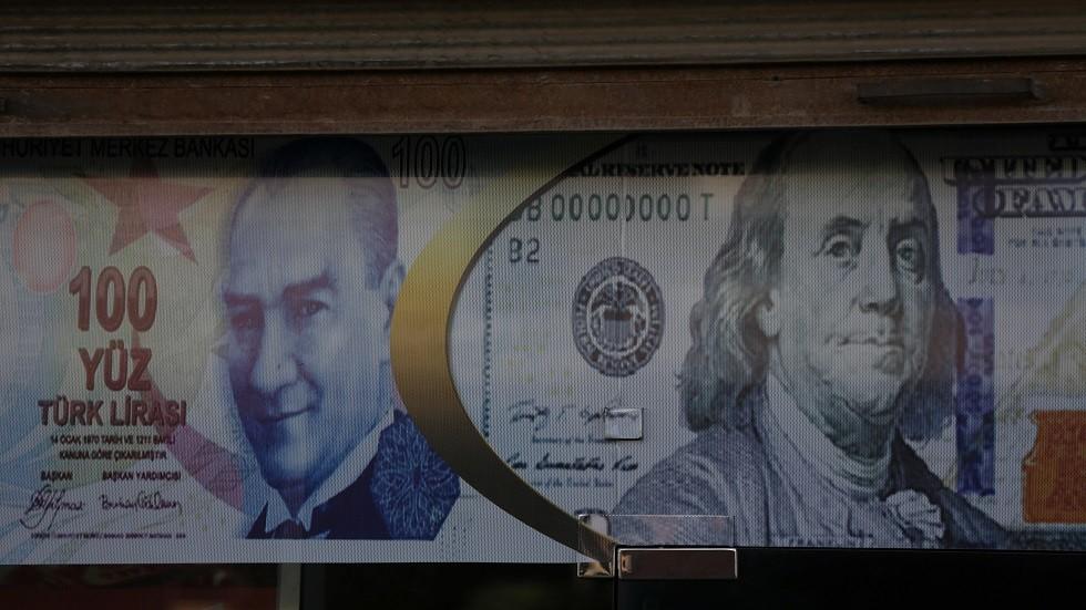 ملصق إعلاني لليرة التركية والدولار الأمريكي