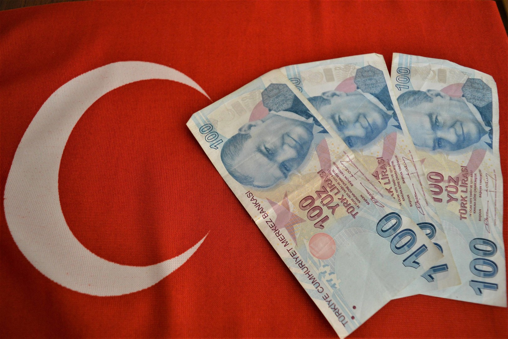The Turkish lira falls, although billions of dollars are pumped into it