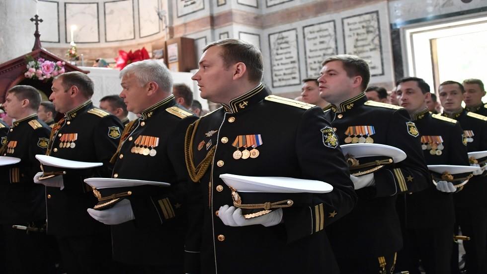 بحارة أسطول البحر الأسود في كاتدرائية فلاديمير في سيفاستوبول خلال قداس في إطار الفعاليات المخصصة للاحتفال بالذكرى 236 لأسطول البحر الأسود.